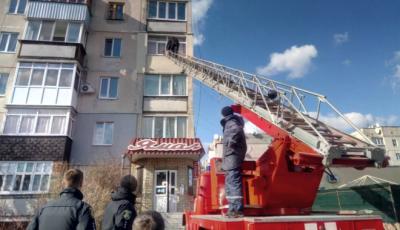 На Харківщині чоловік погрожував викинути немовля з вікна багатоповерхівки