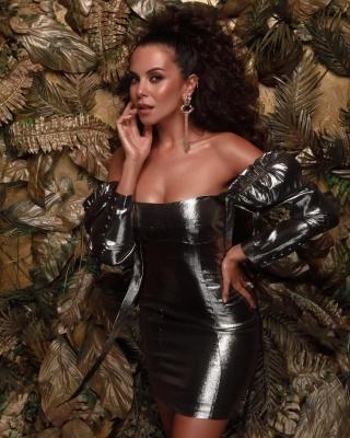 Каменських похвалилася спокусливим декольте в елегантній сукні - фото