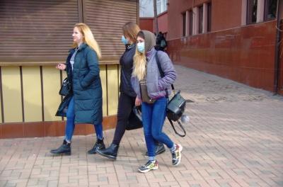 Коронавірус в Чернівцях: на Калинці видають маски усім відвідувачам з ознаками ГРВІ