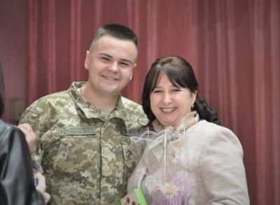 На Буковині матерям строковиків організували несподівану зустріч із синами – фото