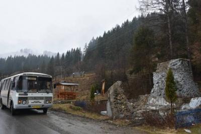 Декомунізація на Буковині: у горах демонтували пам'ятник трьом чекістам – фото