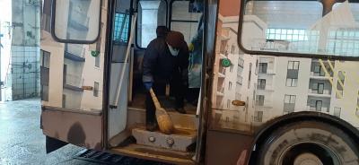 У захисних костюмах і з віником: як дезінфікують громадський транспорт у Чернівцях - фото