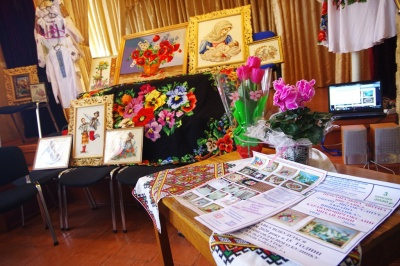 «Квартира мами схожа на музей»: 80-річна чернівчанка представила виставку творчих робіт – фото