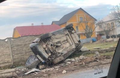 ДТП на в'їзді до Чернівців: легковик перекинувся і сильно побитий – фото