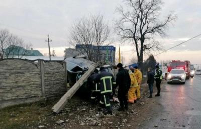 Розтрощив електроопору і паркан: деталі ДТП на в'їзді в Чернівці – фото