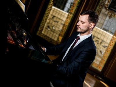«Музика мене ніколи не стомлює»: піаніст із Чернівців виступає із сольними концертами по всьому світу