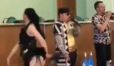 «Смажений кабанчик»: у Херсоні депутаток облради вітали напів оголені дівчата – відео