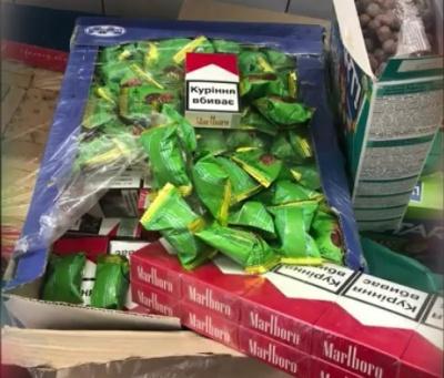 Подружжя буковинців намагалось провезти контрабандні цигарки в коробках із солодощами