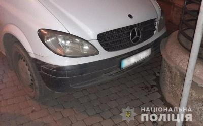 У Чернівцях авто без водія збило чоловіка на тротуарі