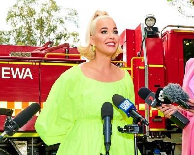 Вагітна Кеті Перрі в міні станцювала для пожежників - фото