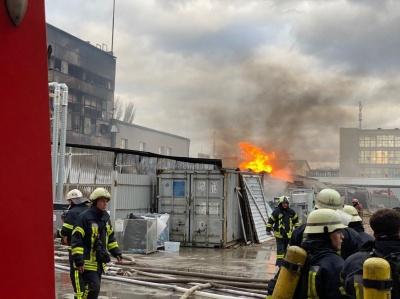 У Києві сталася пожежа в ангарі з хімічними відходами - фото