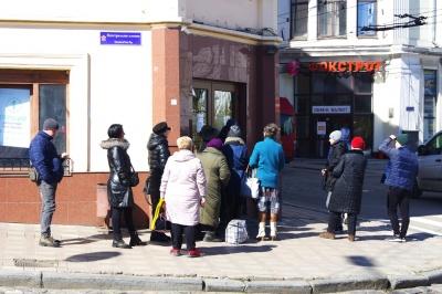 Коронавірус у Чернівцях: у приміщення банків пускають лише по двоє людей