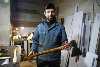 «Ковбок розлетівся на «катрани»: майстер з Чернівців розповів секрети старовинних сокир
