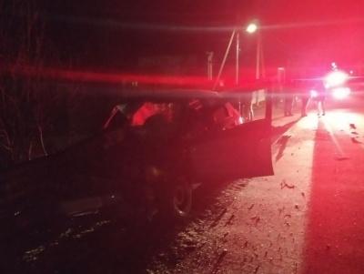 На Буковині легковик врізався у відбійник: пасажир помер у «швидкій»