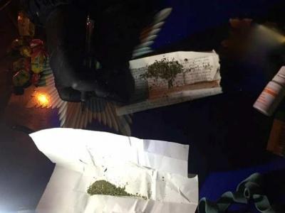 У Чернівцях патрульні знайшли в перехожого шприци і згортки з наркотиками