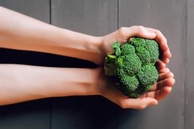 Названі продукти, які викликають і усувають неприємний запах тіла