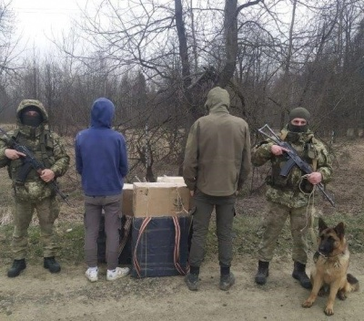 На Буковині службовий собака допоміг затримати молодиків із контрабандними сигаретами