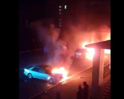 Вночі під будинком у Новодністровську горіли два авто: підозрюють підпал