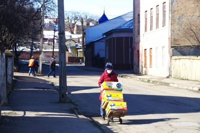 Карантин у Чернівцях: людей у масках побільшало, але пов'язки у аптеках – дефіцит