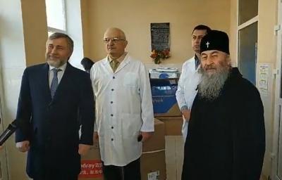 «Йдіть собі з Богом»: Новинський та митрополит Онуфрій посперечались із журналісткою в Чернівцях