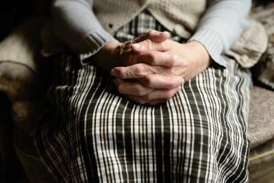 Анекдот дня: про бабусю і трьох внучок