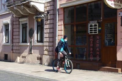 Карантин по-чернівецьки: «доларові» заначки, комунальники без масок і обсипані балкони – фото