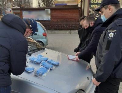 У Чернівцях поліція затримала юнака, який торгував масками – фото