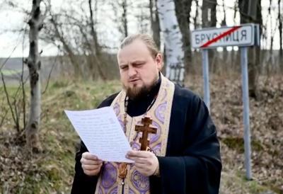 Священик звершив хресний хід у селі на Буковині, що потерпає від спалаху COVID-19