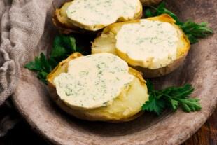 Картопля, наче з багаття: швидкий рецепт для мікрохвильовки