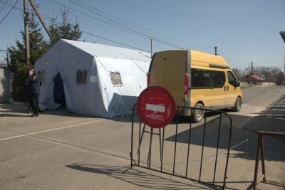 Без довідок не пропускають: як працюють блокпости на виїздах з Чернівців - фото