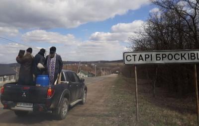 У масках на пікапі: на Буковині священики влаштували хресний об'їзд села через коронавірус - фото