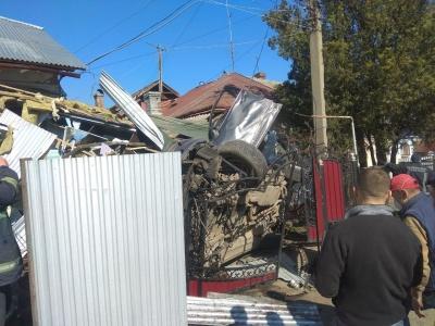 ДТП у Чернівцях: Porsche розтрощив паркан, врізався в будинок і перекинувся - фото