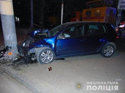 У Чернівцях легковик врізався в електроопору: водій і пасажир у лікарні