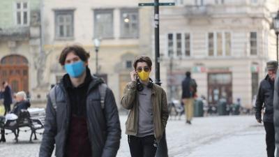 В Україні заборонили ходити по вулицях більш як по двоє