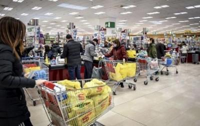 Кабмін зобов'язав магазини, банки та аптеки видавати відвідувачам маски