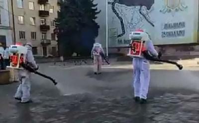 У Чернівцях показали, як комунальники дезінфікують центр міста - відео