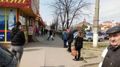 У Чернівцях за годину до посилення карантину під магазинами в чергах стоять десятки людей – фото