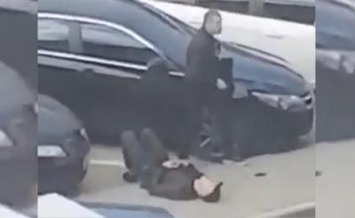 Лежав на асфальті нерухомо: з'явилося відео очевидців з місця стрілянини у Чернівцях