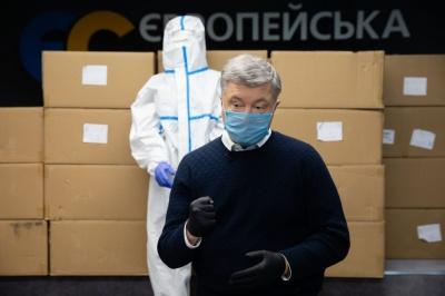 Порошенко відправив першу партію захисних костюмів у лікарні Чернівців