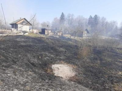 У селі на Буковині підпалили суху траву: 55-річна жінка отримала опіки, намагаючись загасити пожежу