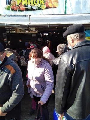Десятки покупців пліч-о-пліч: на Буковині оштрафували директора ринку за порушення правил карантину