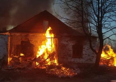 У селі на Буковині згоріла будівля з двома автівками всередині