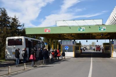 На кордоні з Угорщиною утворилися черги: українці їдуть додому на Великдень – фото