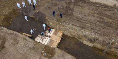 Померлих від коронавірусу в Нью-Йорку ховають у братські могили - фото