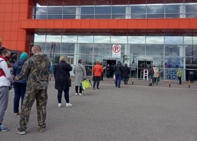 У Чернівцях жителі вже «штурмують» продуктові магазини напередодні Великоднього карантину – фото
