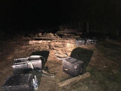 Порозкидали ящики з цигарками і втекли: на Буковині прикордонники виявили контрабанду тютюну