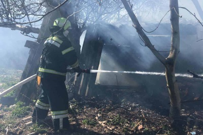 На Буковині згорів житловий будинок: з вогню врятували жінку - фото