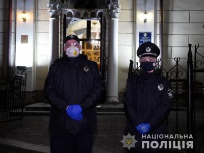 На Буковині 700 поліцейських стежили, чи дотримуються віряни карантину біля церков – фото