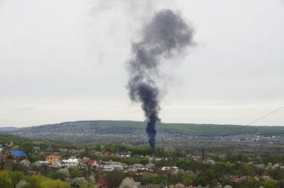 Над Чернівцями здійнялась чорна хмара диму: невідомі підпалили шини – фото