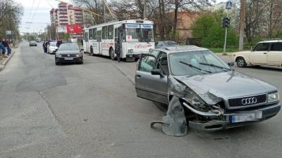 У Чернівцях водій з ознаками сп'яніння врізався у легковик – фото
